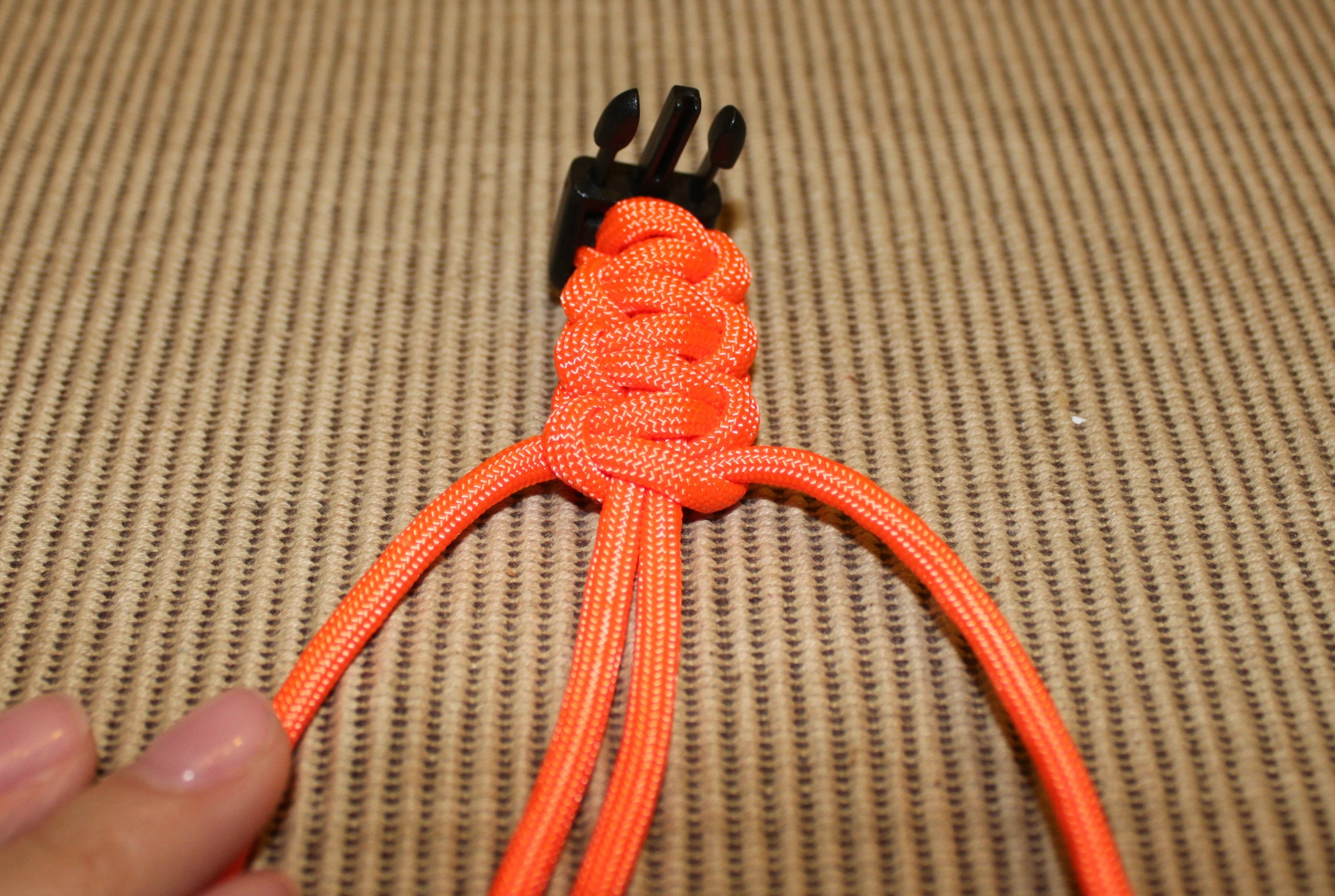 how to make a paracord bracelet step by step