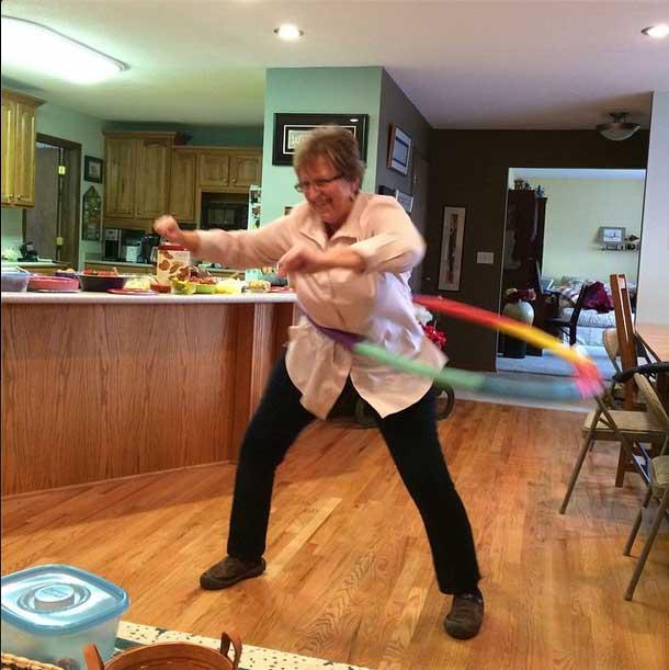 mom-hula-hooping
